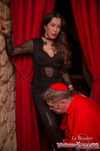 Maitresse angelik au boudoir avec un cardinal defroque 01