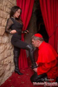 Maitresse angelik au boudoir avec un cardinal defroque 03
